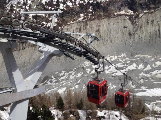 cable-car-ride-down-to-the-ice-cave