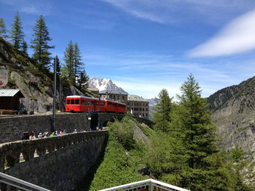 the-red-cog-wheel-train-goin-to-mer-de-glace